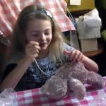 Eine Teilnehmerin des Teddybärkurses bei der Arbeit
